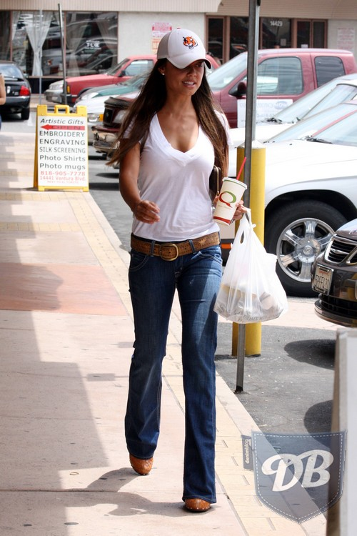 Vanessa Minnillo gets breakfast in Hollywood without Nick August 14, 2008 X17online.com EXCLUSIVE