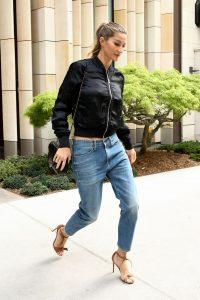 hbz-boyfriend-jeans-gisele-splash