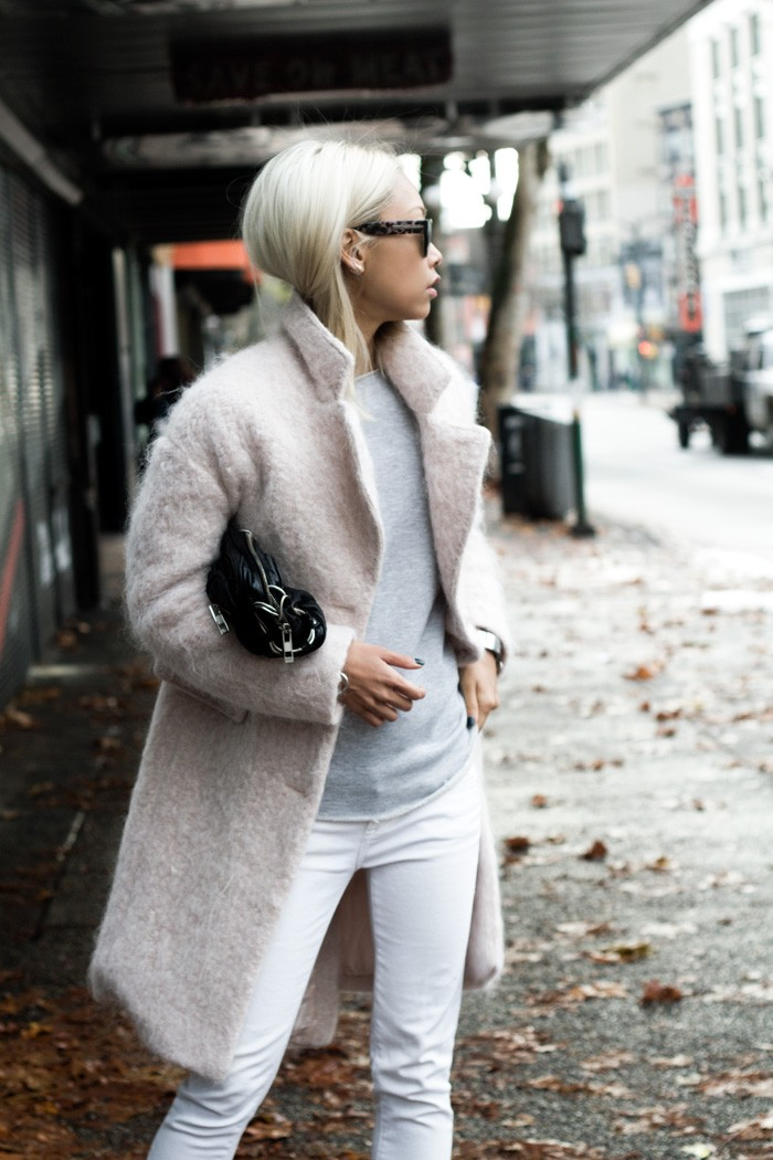 How-to-Wear-White-Jeans-in-Winter-7-700x1050