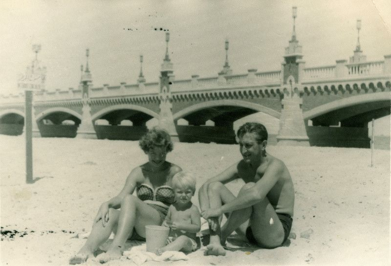 Moms at beaches in the 1950s (3)