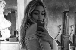 Gigi-Hadid-selfie